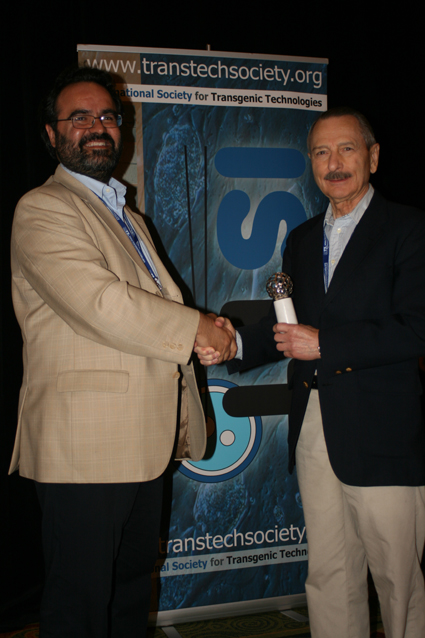 Prof. Ralph L. Brinster (right) receives the 8th ISTT Prize from Dr. Lluis Montoliu, President of the ISTT